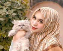 Gemes! Berikut Inspirasi Outfit Hijab Print Untuk Main Bareng Anabul!